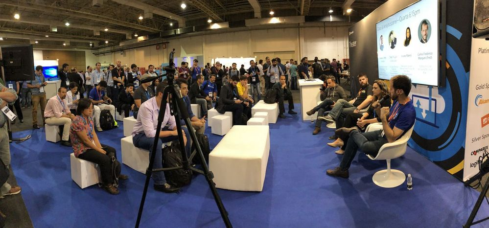 Panorama shot of the crowd attending the panel discussion on Data & Analytics during 'Ask The Experts' Networking Hour.